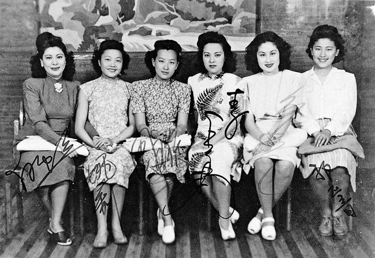 20世紀40年代,民國最負盛名的女歌星,從左至右為白虹、姚莉、周璇、李香蘭、白光、吳鶯音。由圖可見,當時的旗袍樣式和花色已經頗為紛繁。(公有領域)