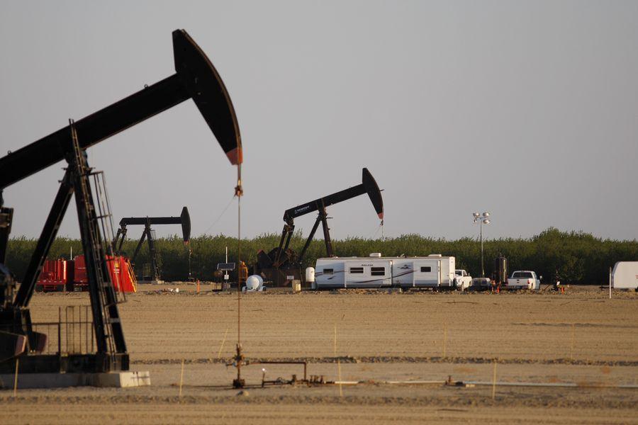 中國客戶購買美國原油5月較4月增長了65%,中國人正在尋求多樣化的供應和更便宜的石油。圖為在加州的頁岩油田。(David McNew/Getty Images)