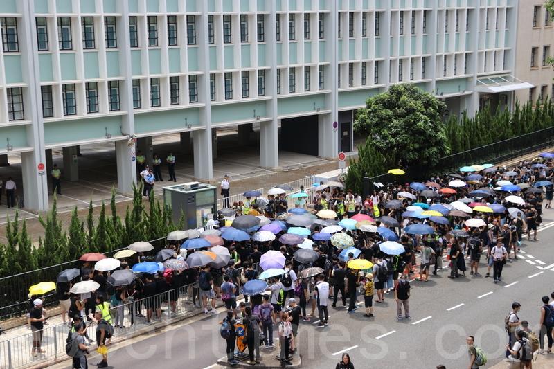 數百市民包圍律政中心