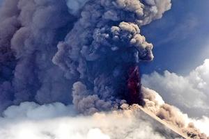 高風險的烏拉文火山噴發 五千人急撤