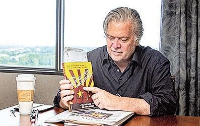 班農接受採訪時說《超限戰》是他讀得最多的一本書。(王松林/大紀元)