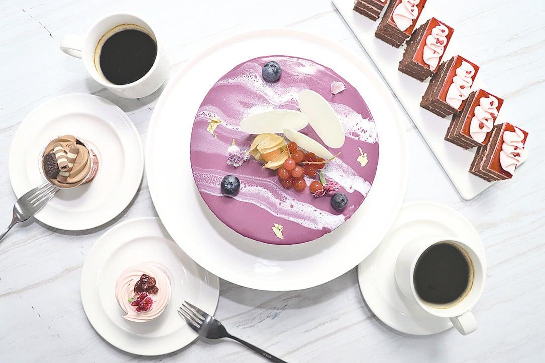 充滿沁涼感的大理石鏡面蛋糕「藍莓乳酪慕斯」。