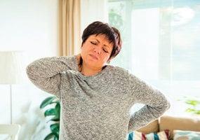 治療筋骨酸痛 選擇西方復健還是東方傳統針灸、推拿?