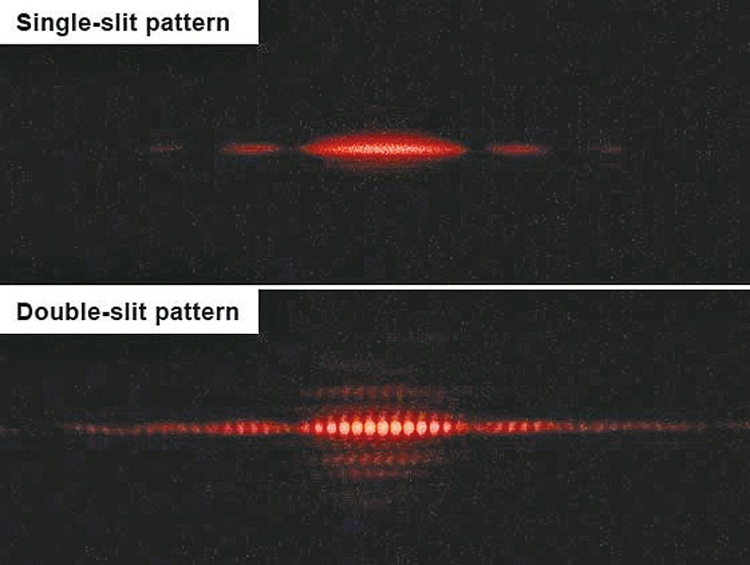 單縫(上)和雙縫(下)實驗成像對比。(Jordgette/Wikimedia Commons)
