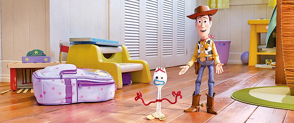 新角色小叉(左)抗拒做玩具而一直想逃跑,一向對主人有責任心的胡迪(右)扛起把小叉抓回來的重任。它們回到主人身邊的過程,自然不可能一帆風順,難免遇到插曲。