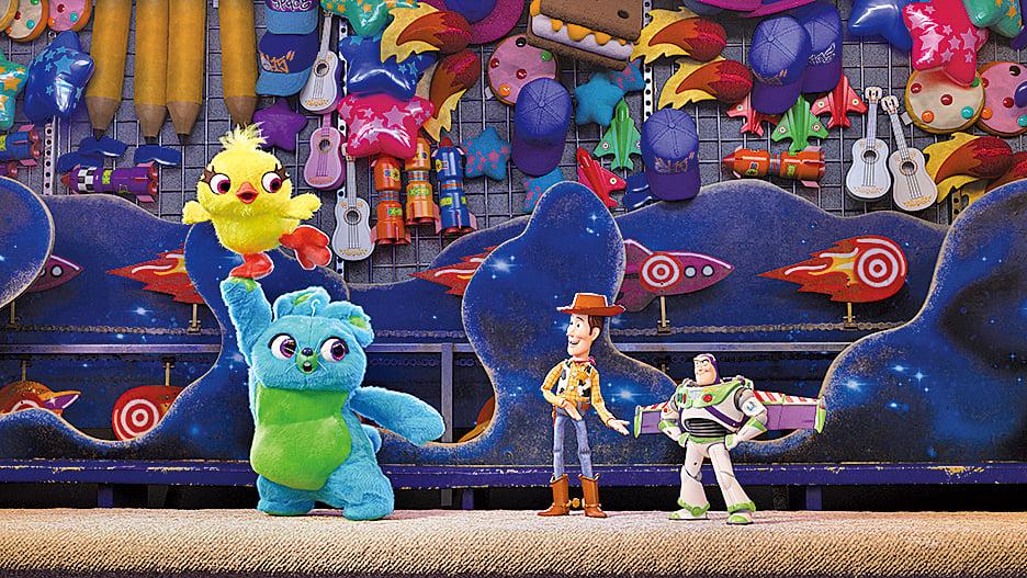 巴斯光年(右一)在尋人途中結識了兩隻絨毛玩具阿得(Ducky)與賓尼(Bunny)(左邊上及下)。這兩個新角色提出的難題解方相當有娛樂效果,每每能為電影帶來歡樂。
