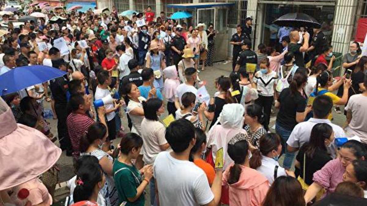 28日,在湖北武漢市新洲區陽邏街,上萬人進行遊行示威,抗議當地政府建垃圾焚燒發電廠。(受訪者提供)