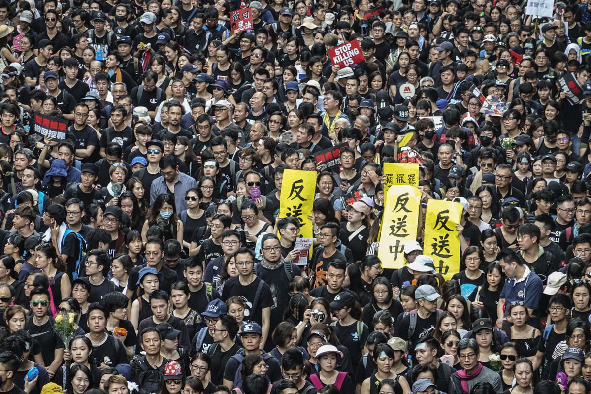 6月16日,參加反送中大遊行的市民高舉各種自製標語表達訴求。(余鋼/大紀元)
