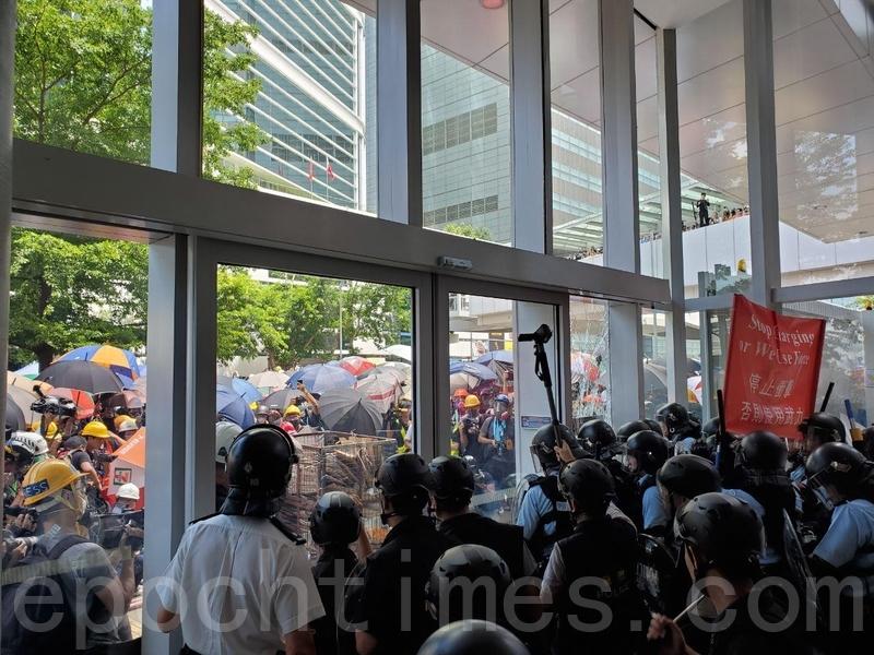七一示威不斷 示威者包圍立法會