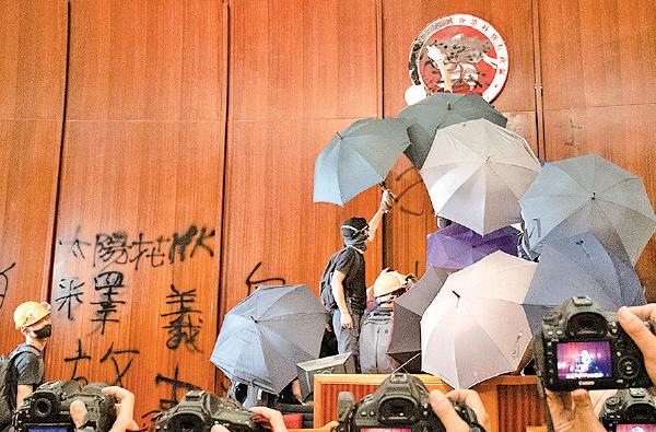 示威者一度進入立法會並進佔會議廳。(李逸/大紀元)