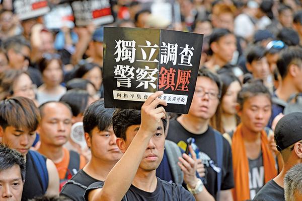 這次遊行的其中一個訴求就是要求港府成立獨立調查委員會,徹查6.12鎮壓。(余鋼/大紀元)
