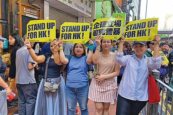一群長年生活香港的馬來西亞女士打出支持香港的牌子。(駱亞/大紀元)