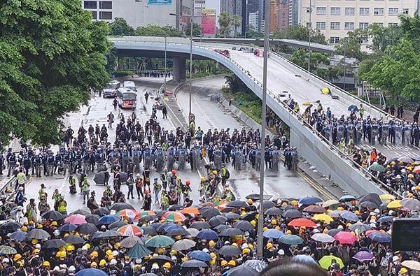 昨日早上示威者聚集在金鐘添美道、龍和道和夏愨道一帶。圖為示威者在夏愨道與警方對峙。(李逸/大紀元)