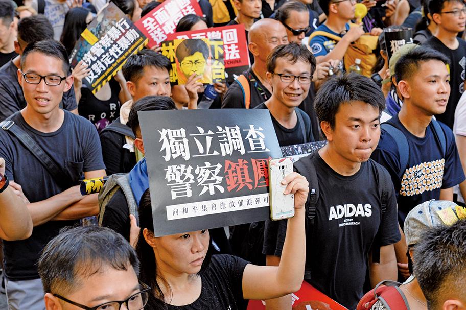 6.12警方暴力鎮壓和平示威者引起市民不滿,七一遊行中要求調查警方鎮壓亦是主要訴求。(宋祥龍/大紀元)