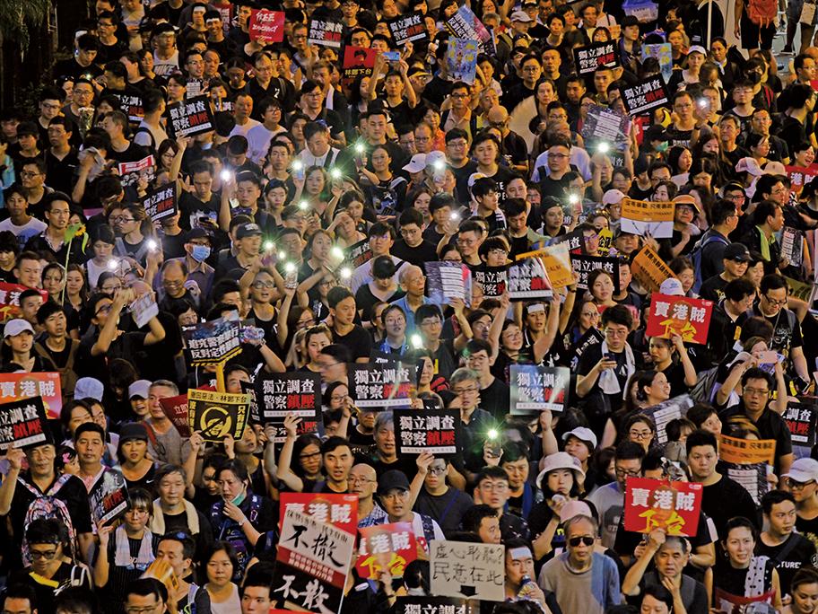 入夜後,市民舉起手機燈相互打氣。(龐大衛/大紀元)