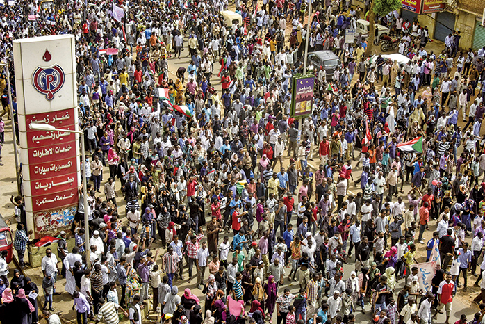 6月30日,數萬名蘇丹民眾上街抗議,要求軍政府還政於民。(AFP)