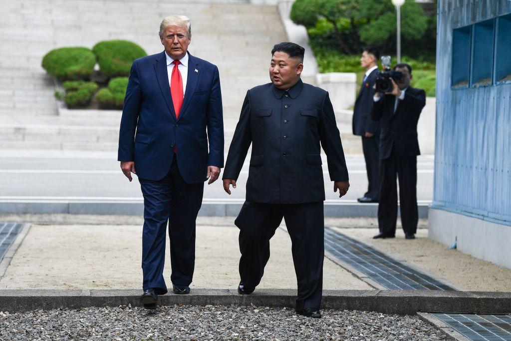 6月30日下午3點46分,特朗普總統越過南北韓國界限,成為第一位踏入北韓的在位美國總統。然後,特朗普又和金正恩向北韓方向走了20步。之後,兩位領導人重新回到南韓一側。(Brendan Smialowski/AFP)