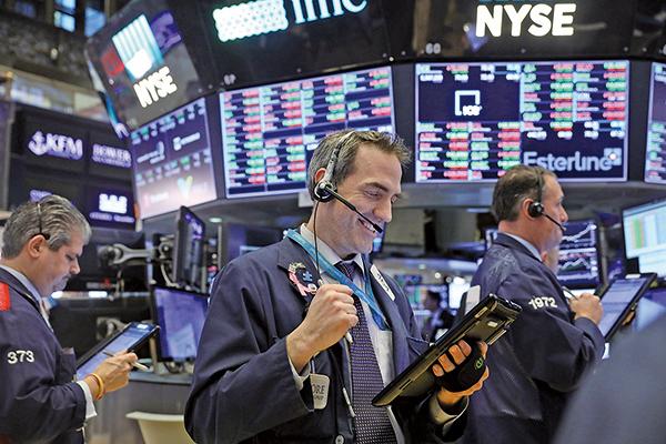 中美貿易戰已停火,儘管尚未解決所有問題,美股仍受激勵,周一標普500指數再創新高。(AFP)