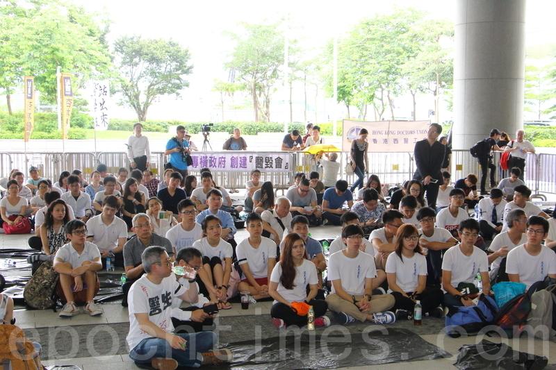 逾百醫生靜坐抗議醫改草案