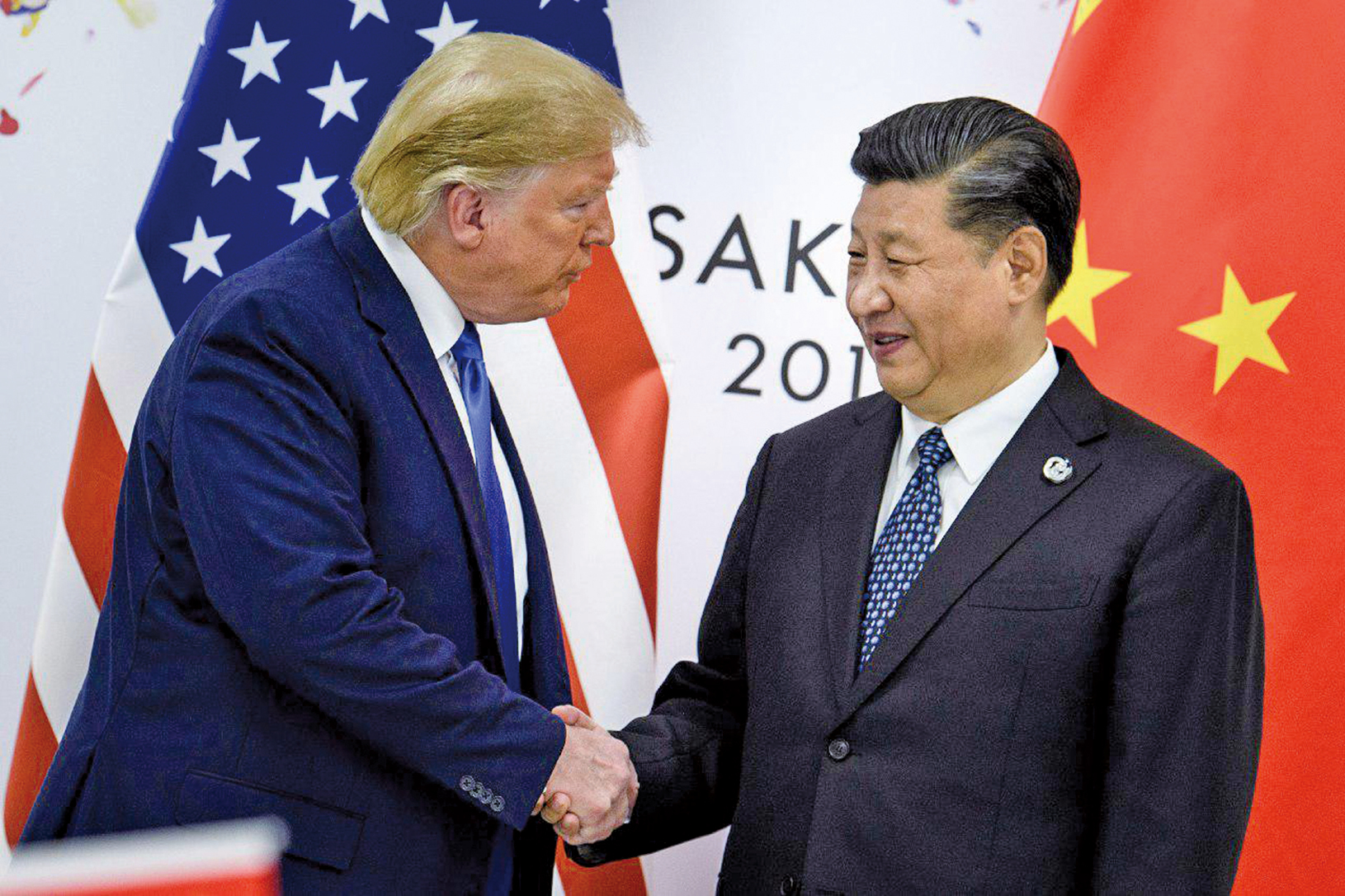 2019年6月29日,在大阪舉行的G20峰會期間,中美雙邊會議前中共國家主席習近平(右)與美國總統特朗普握手合影。(BRENDAN SMIALOWSKI / AFP / Getty Images)