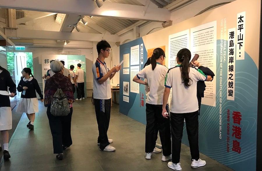 學生參觀「香港百年蛻變」圖片展覽。(主辦單位提供)