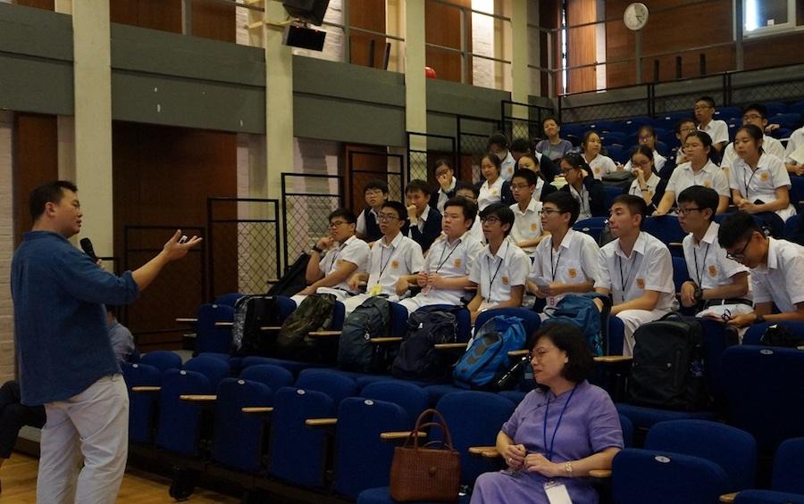 學生聆聽計劃學術顧問邱逸博士主講的歷史講座。(主辦單位提供)