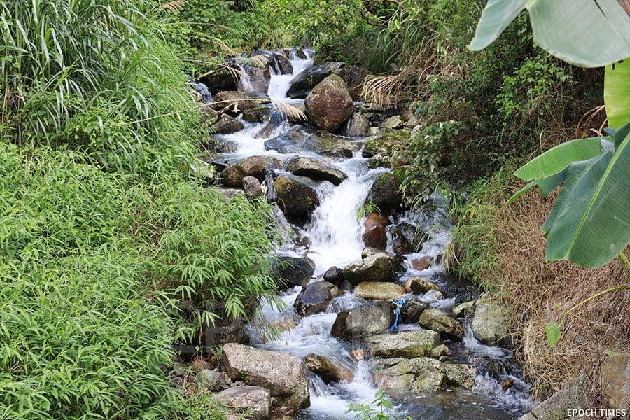 村前的小溪,在暴雨後有機會出現山洪暴發,因此建造小橋,名為「平安橋」,寓意村民平安通過。(陳仲明/大紀元)