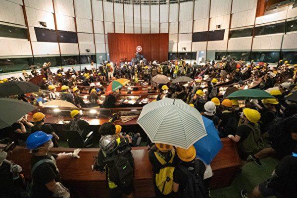 7月1日晚間,駐守立法會的警方自動撤離後,一群香港青年進入立法會抗議。(李逸/大紀元)
