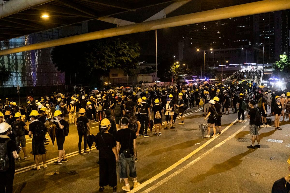 7月2日凌晨,全部示威人士離開立法會,其後警察清場。(余鋼/大紀元)