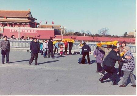 2000年12月,便衣奔向這些祥和、安靜地舉著法輪功橫幅的善良老人、青年和孩子。(明慧網)