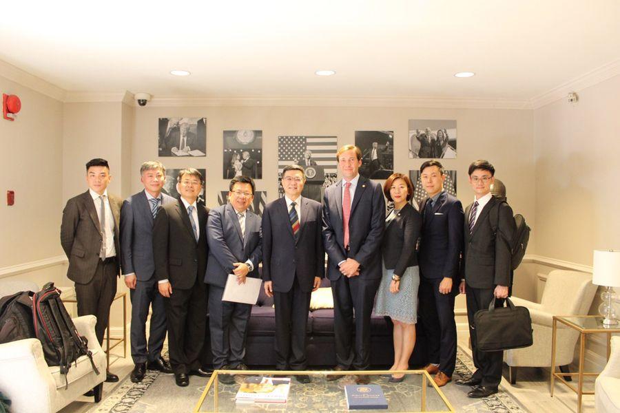 民進黨主席卓榮泰(中)於當地時間7月2日拜訪美國「共和黨全國委員會」,會見共和黨共同主席希克斯 (Tommy Hicks)。(民進黨)
