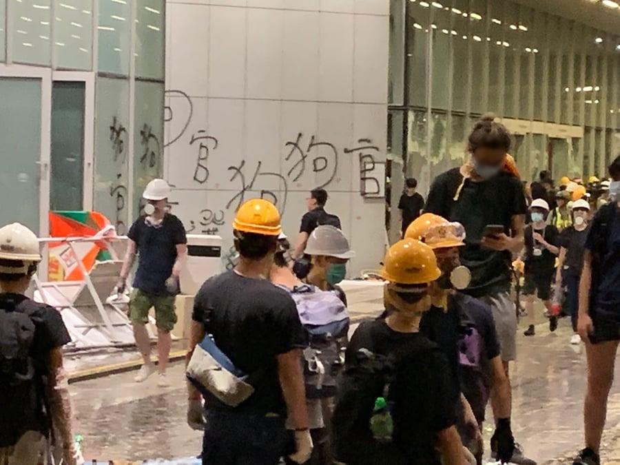 """立法會內被學生塗鴉""""狗官"""" 在大門外面都看得很清楚。(駱亞/大紀元)"""