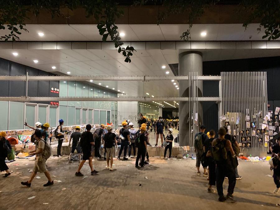立法會內,臨近12點,正在撤離的學生。(駱亞/大紀元)