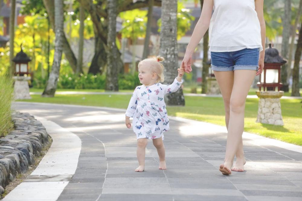 足科醫生Ali Khosroabadi博士說,「赤腳行走幾個小時對我們的腳特別有益,特別是對於孩子。」(Shutterstock | triocean)