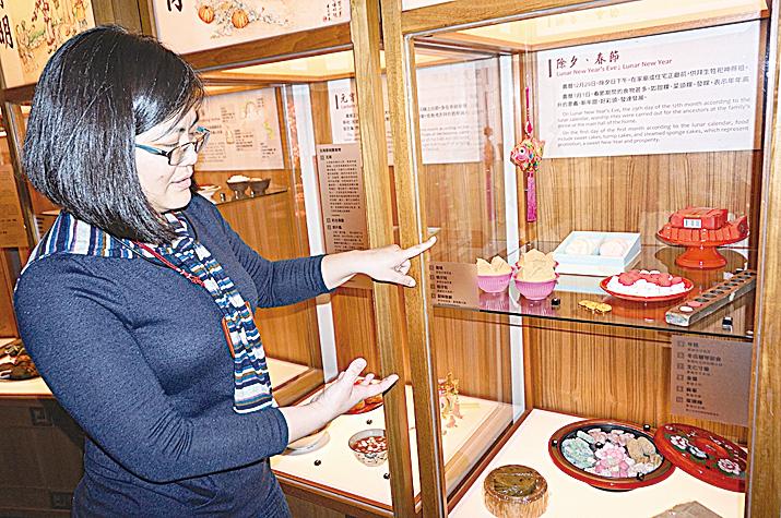 台史博展示組研究助理張瀛之向記者介紹「好好吃台灣飲食文化特展」。