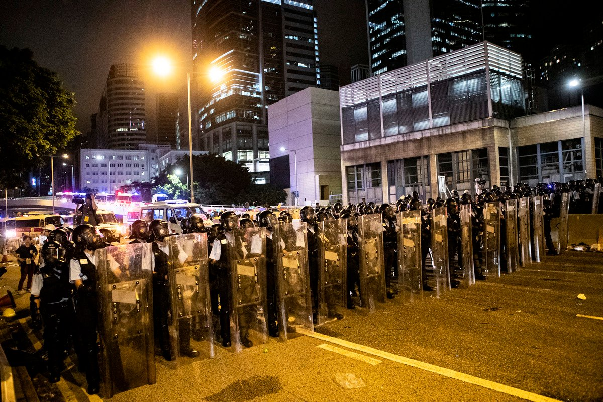 7月1日午夜,立法會外,警察全副武裝準備清場。(余鋼/大紀元)。