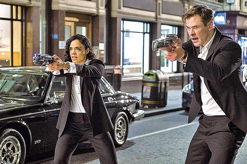 《黑超特警組:反轉世界》兩位主角換成基斯咸士禾夫(Chris Hemsworth)及泰莎湯遜(Tessa Thompson),在新人新氣象下,保證了新片的新意。 與舊作不同,兩位主角除膚色不同外,連性別也相反,個性同樣大相逕庭。 片中,資深的H探員顯得較玩世不恭,新人M探員反而顯得穩重踏實。