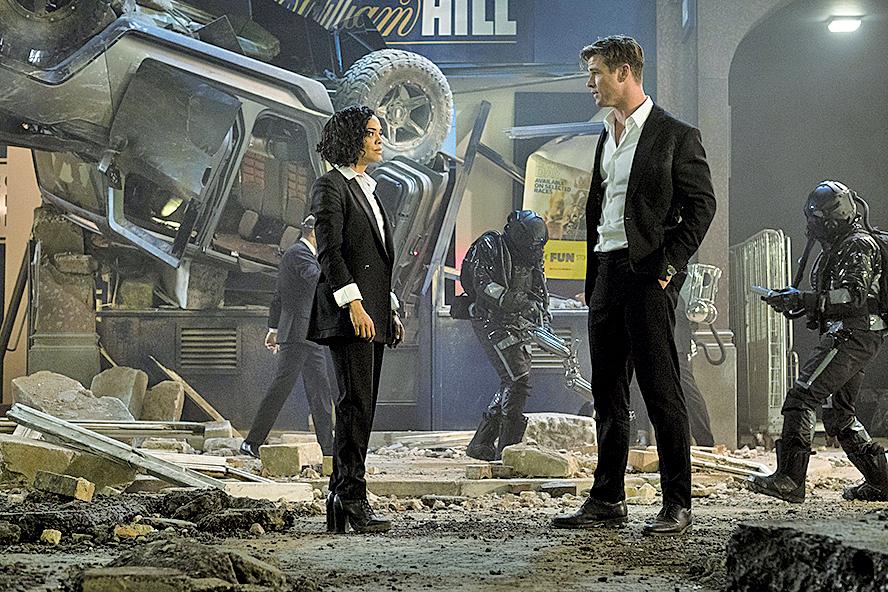 《黑超特警組:反轉世界》同樣有要處理外星人對地球的威嚇情節。