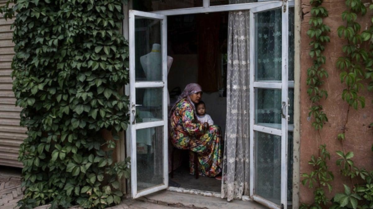 這些議員在信中指責中共政府和官員,合謀或指使了新疆不斷發生的侵犯人權行為,這些行為可能構成反人類罪行。圖為新疆維族人( Kevin Frayer/Getty Images)