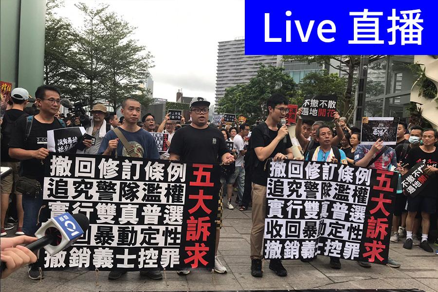 網民發起反送中遊行至高鐵西九龍站向大陸遊客講真相。(大紀元)