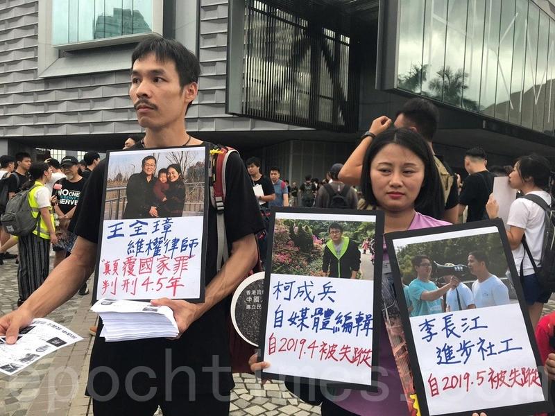 2014年「雨傘運動」在金鐘佔領區擔任糾察的杜志權(左)。(林怡/大紀元)