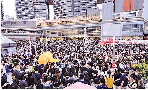 市民遊行到終點西九高鐵站外集結。(宋碧龍/大紀元)