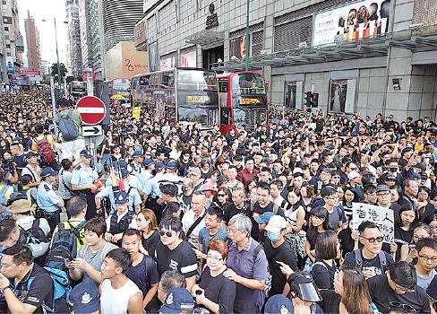 等待加入遊行的黑衣市民擠爆彌敦道所有行車線。(龐大衛/大紀元)