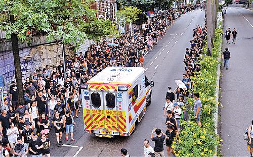 遊行人士自覺為救護車開路,再展現良好公民質素。(宋碧龍/大紀元)