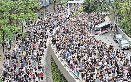 遊行人士擠爆九龍公園徑和天橋。(龐大衛/大紀元)