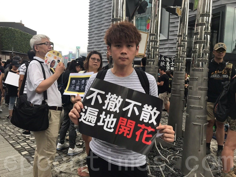 剛畢業的Peter重申政府應撤銷暴動的定性,呼籲政府應思考為何香港人當天會衝派。(林怡/大紀元)