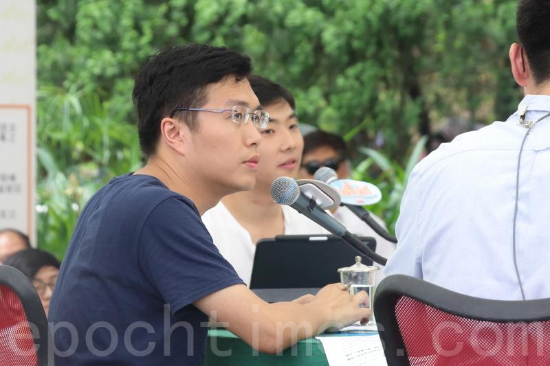 立法會議員區諾軒(左)和科大學生會臨時外務副會長吳一鳴,呼籲政府以公開透明的方式與各界別溝通。(蔡雯文/大紀元)