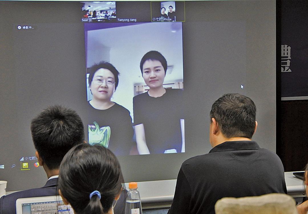 中國維權律師王全璋妻子李文足(畫面右)7日與台北舉行的第3屆中國人權律師節暨頒獎典禮連線,表達對外界關注的感謝。(中央社)