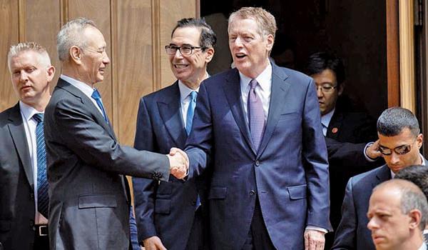 圖為中美貿易談判代表5月10日結束華盛頓的高層貿易談判,中共副總理劉鶴準備離開。(AFP)