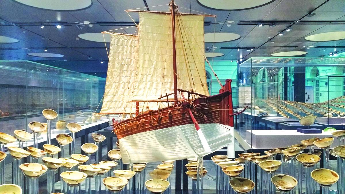 唐代沉船「黑石號」模型,出現在新加坡亞洲文明博物館中。打撈上來的多數瓷碗倖免受損。(沈靜/大紀元)